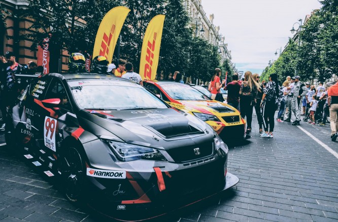 """Gedimino prospekte - """"Aurum 1006 km lenktynių"""" uvertiūra"""