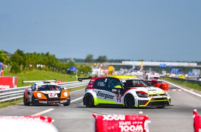 """Po pirmos """"Aurum 1006 km lenktynių"""" valandos - priekyje """"Porsche"""" automobiliai"""