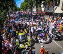 """2017 metų """"Eneos 1006 km lenktynių"""" atidarymas Palangoje Vytauto g. sutraukiantis daug žmonių, jų metų vyksta Dynamit Super Sprintas."""