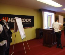 """""""ENEOS 1006km"""" organizatoriai """"Promo Events"""", kartu su oficialiais """"Hankook"""" atstovais Baltijos šalyse, bendrove """"Juta"""", Kaune surengė nemokamą seminarą."""